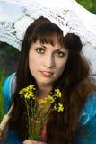 Junge schöne Frau mit Blumen Lizenzfreies Stockfoto