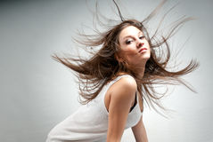 Junge schöne Frau mit dem Haar im rosafarbenen Chaos des Winds Lizenzfreies Stockfoto