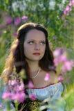 Junge schöne Frau mit dem langen Haar Stockbild