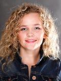 Junge schöne Frau mit dem langen lockigen blonden Haar lizenzfreie stockbilder