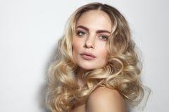 Junge schöne Frau mit dem langen lockigen Haar lizenzfreie stockfotos