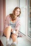 Junge schöne Frau mit einem Glas frischer Milch. Stockfoto