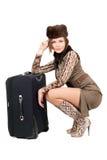 Junge schöne Frau mit einem Koffer stockfotos