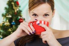 Junge schöne Frau mit einem roten Cup Lizenzfreie Stockfotografie