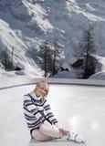 Junge schöne Frau mit Eisrochen Stockfotografie