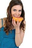 Junge schöne Frau mit Frucht im Studio Stockfotografie