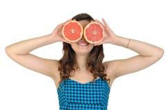 Junge schöne Frau mit Frucht im Studio Lizenzfreie Stockfotografie