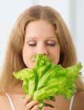 Junge schöne Frau mit grünem Kopfsalat Stockbilder