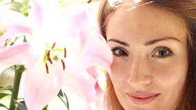 Junge schöne Frau mit Lilie stock footage