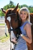 Junge schöne Frau mit Pferd Stockbild