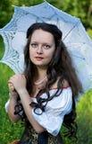 Junge schöne Frau mit Regenschirm Stockfoto
