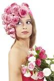 Junge schöne Frau mit rosafarbenen Blumen Lizenzfreie Stockfotos