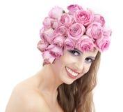 Junge schöne Frau mit rosafarbenen Blumen Stockfoto