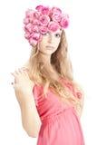 Junge schöne Frau mit rosafarbenen Blumen Lizenzfreies Stockfoto
