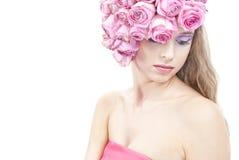 Junge schöne Frau mit rosafarbenen Blumen Stockbild