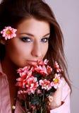 Junge schöne Frau mit rosafarbener Blume stockfotos