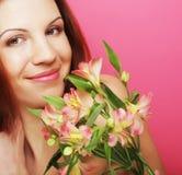 Junge schöne Frau mit rosafarbener Blume Lizenzfreies Stockbild