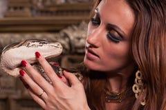 Junge schöne Frau mit Schlange Stockfotos