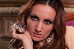 Junge schöne Frau mit Schlange Stockbilder