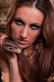 Junge schöne Frau mit Schlange Lizenzfreies Stockbild