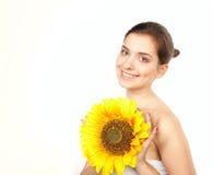 Junge schöne Frau mit Sonnenblume Stockfotos