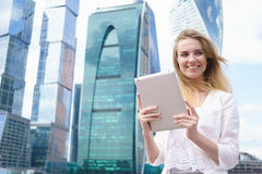 Junge schöne Frau mit Tablette PC Lizenzfreie Stockfotografie