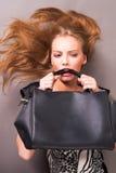Junge schöne Frau mit Tasche Lizenzfreies Stockfoto