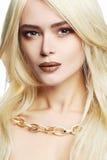 Junge schöne Frau mit Verfassung Sexy blondes Mädchen im Schmuck Stockbilder