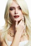 Junge schöne Frau mit Verfassung Sexy blondes Mädchen im Schmuck Blond Lizenzfreie Stockbilder