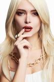 Junge schöne Frau mit Verfassung Sexy blondes Mädchen im Schmuck Blond Stockfotografie