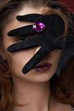 Junge schöne Frau mit violetten Schmucksachen stockbilder