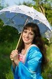 Junge schöne Frau mit weißem Regenschirm Stockfotos