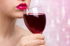 Junge schöne Frau mit Wein Stockbilder
