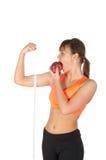 Junge schöne Frau nach Eignungszeit und Trainieren mit rotem Apfel Lizenzfreie Stockbilder