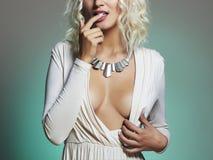 Junge schöne Frau Reizvolles blondes Mädchen Brust der plastischen Chirurgie Lizenzfreie Stockbilder