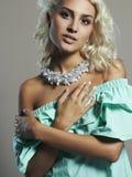 Junge schöne Frau Reizvolles blondes Mädchen Kleid und Zubehör Stockbilder