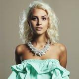 Junge schöne Frau Reizvolles blondes Mädchen Kleid und Zubehör Lizenzfreie Stockfotos