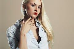 Junge schöne Frau Reizvolles blondes Mädchen Rote Lippen Lizenzfreies Stockbild