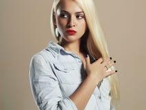 Junge schöne Frau Reizvolles blondes Mädchen Rote Lippen Stockfotografie