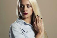 Junge schöne Frau Reizvolles blondes Mädchen Rote Lippen Lizenzfreie Stockbilder