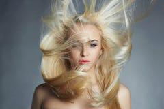 Junge schöne Frau Reizvolles blondes Mädchen Schönes gesundes Haar Lizenzfreie Stockfotos