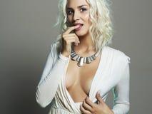 Junge schöne Frau Sexy decollete Blondine Blondes Mädchen Gelockte Frisur Stockfoto