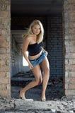 Junge schöne Frau in verlassenem Aufbau Stockbild