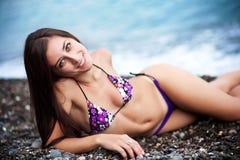 Junge schöne Frauen auf dem Meer Lizenzfreie Stockbilder