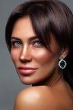 Junge schöne gebräunte Frau mit Sommersprossen Stockbilder