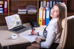 Junge schöne Geschäfts-Dame Portrait, das am Schreibtisch arbeitet Lizenzfreies Stockbild
