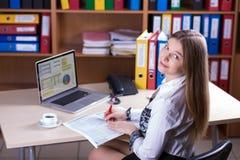 Junge schöne Geschäfts-Dame Portrait, das am Schreibtisch arbeitet Stockbilder