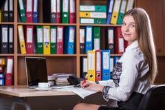 Junge schöne Geschäfts-Dame Portrait, das am Schreibtisch arbeitet Stockfoto