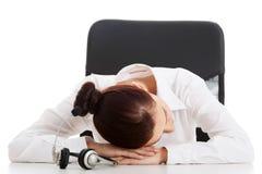 Junge schöne Geschäftsfrau auf Call-Center schläft auf Vorsprung Lizenzfreies Stockfoto