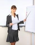 Junge schöne Geschäftsfrau, die im Büro arbeitet Stockbilder